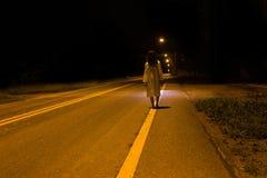 Tajemnicza kobieta, horroru straszna duch kobieta stoi out scena Fotografia Stock