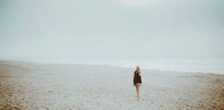 Tajemnicza kobieta przy tajemniczą plażą obrazy stock
