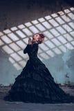 Tajemnicza kobieta w czerni sukni fotografia royalty free