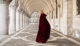 Tajemnicza kobieta w czerwonej pelerynie obraz stock