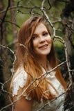 Tajemnicza kobieta w lesie, Patrzeje w kamerze Fotografia Royalty Free