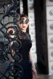 Tajemnicza kobieta w venetian karnawał masce blisko dokonanego żelaza bramy fotografia royalty free