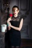 Tajemnicza kobieta w venetian karnawał masce w wnętrzu Zdjęcie Royalty Free