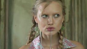 Tajemnicza kobieta z nożem na jej wargach zbiory wideo