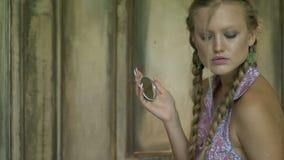 Tajemnicza kobieta z ręki lustrem zbiory wideo
