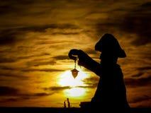 Tajemnicza latarnia morska przeciw tłu położenia słońce Zdjęcie Royalty Free