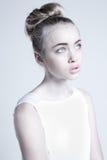 Tajemnicza piękna kobieta z dziwaczną dziwną fryzurą Zdjęcia Royalty Free