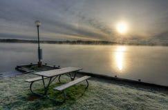Tajemnicza ranku jeziora sceneria Fotografia Royalty Free