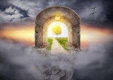 Tajemniczy bramy wejście w sen nowego życia zdjęcia stock