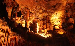 Tajemniczy Caverns 3 - soplenowie i stalagmity - zdjęcie royalty free