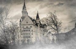 Tajemniczy gothic Neuschwanstein kasztel w mgle, Bawarscy Alps, Niemcy Fotografia Royalty Free