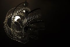 Tajemniczy krystaliczny świecznik w ciemności zdjęcia stock