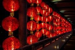 Tajemniczy kształtujący światła wieszają i zaświecają wzdłuż długości korytarz, Singapur Fotografia Stock