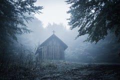 Tajemniczy mglisty ranek nad Biertan wioską, Transylvania, Rumunia zdjęcia stock