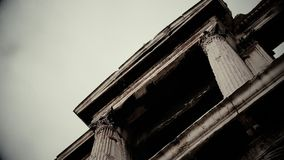 Tajemniczy nawiedzający budynek w horrorze, straszna antyczna kamienna budowa zbiory