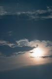 Tajemniczy nocne niebo z księżyc w pełni Nocne niebo z księżyc w pełni i chmurami Zdjęcia Royalty Free