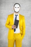 Tajemniczy polityk jest ubranym maskę, trzyma kopertę z a obraz royalty free