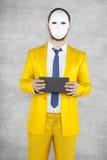 Tajemniczy polityk jest ubranym maskę, trzyma kopertę z a zdjęcia stock