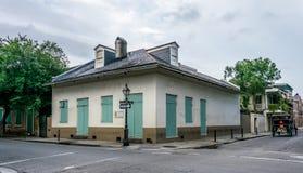 Tajemniczy starzy domy na ulicach dzielnica francuska w Nowy Orlean, Luizjana, usa obraz stock