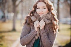 Tajemniczy uroczy młody brunetki damy portret z ślicznymi twarzy i kusić wargami profesjonalnie pozuje siedzi dla kamery jest ubr Fotografia Royalty Free
