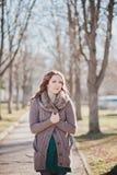 Tajemniczy uroczy młody brunetki damy portret z ślicznymi twarzy i kusić wargami profesjonalnie pozuje siedzi dla kamery jest ubr Zdjęcie Stock