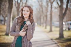 Tajemniczy uroczy młody brunetki damy portret z ślicznymi twarzy i kusić wargami profesjonalnie pozuje siedzi dla kamery jest ubr Zdjęcie Royalty Free