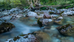 Tajemniczy wieczór na błękitnym rzecznym Soca Triglav park narodowy, Slovenia fotografia stock