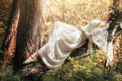 Tajemniczy wizerunek piękna kobieta w drewnach Osamotniona tajemnicza dziewczyna na tle dzika natura Kobieta w poszukiwaniu ona Zdjęcia Royalty Free