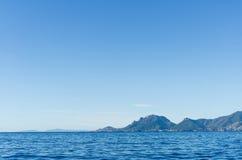 Tajemniczych wysp widoczny daleki na horyzoncie w morzu Zdjęcia Royalty Free