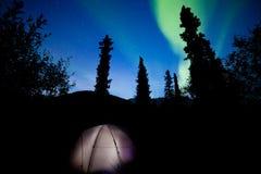 Tajga namiot iluminujący pod północnych świateł racą Obrazy Stock