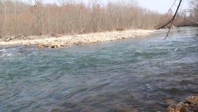 Tajgi rzeka w wczesnej wiośnie na chmurnym dniu zbiory