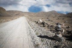 tajikistan Шоссе Памира заволакивает дорога к тонизировано Стоковые Фотографии RF