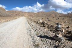 tajikistan Шоссе Памира заволакивает дорога к Стоковое Фото
