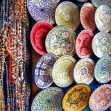 Tajine coloré, plats et pots hors d'argile sur le marché dans MOR images stock