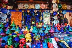 Tajine colorido, placas e potenciômetros fora da argila no mercado na ANSR imagens de stock