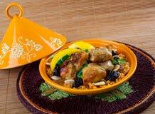 Tajine, Marokkaans voedsel, met couscous, kip en citroen confit Stock Foto