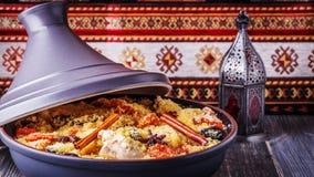 Tajine marroquino tradicional da galinha com frutos e o spi secados fotos de stock royalty free