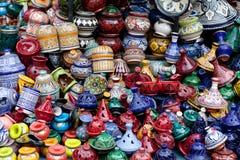 Tajines, placas y potes hechos en el mercado en Marruecos Fotos de archivo