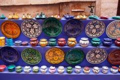 Tajines, plattor och krukor på marknaden i Marocko Arkivfoto