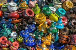 Tajines sur le marché, Maroc Photo libre de droits