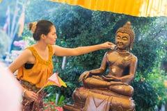 Tajlandia 13 Apr: kropi wodę na Buddha wizerunku w Songkra Fotografia Stock