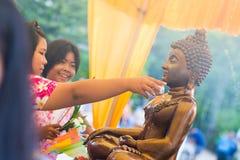 Tajlandia 13 Apr: kropi wodę na Buddha wizerunku w Songkra Zdjęcia Royalty Free