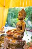 Tajlandia 13 Apr: kropi wodę na Buddha wizerunku w Songkra Obrazy Royalty Free
