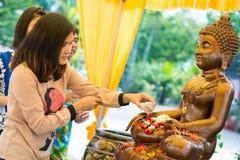 Tajlandia 13 Apr: kropi wodę na Buddha wizerunku w Songkra Zdjęcia Stock