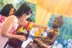 Tajlandia 13 Apr: kropi wodę na Buddha wizerunku w Songkra Obraz Royalty Free