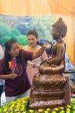 Tajlandia 13 Apr: kropi wodę na Buddha wizerunku w Songkra Fotografia Royalty Free