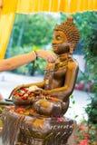 Tajlandia 13 Apr: kropi wodę na Buddha wizerunku w Songkra Zdjęcie Royalty Free