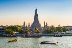 TAJLANDIA BANGKOK, KWIECIEŃ, - 12, 2018: Wczesny wieczór żeglują wzdłuż Chaopraya rzeki blisko Wata Arun turystyczne łodzie fotografia royalty free