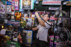 TAJLANDIA - Czerwiec 9, 2016: Projectionist nagrywa końcówkę film przy chwilowym przesiewaniem w Lampang, Tajlandia obrazy royalty free