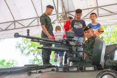 Tajlandia dzieci dnia krajowa 2018 aktywność - rodzina i dzieci cieszymy się zabawę z militarnymi zbiorników pistoletami zdjęcie royalty free